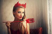 悪魔のドレスを着ている少女