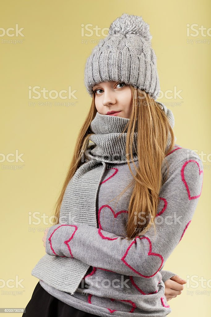 girl wearing gray woolen cap and scarf foto de stock royalty-free