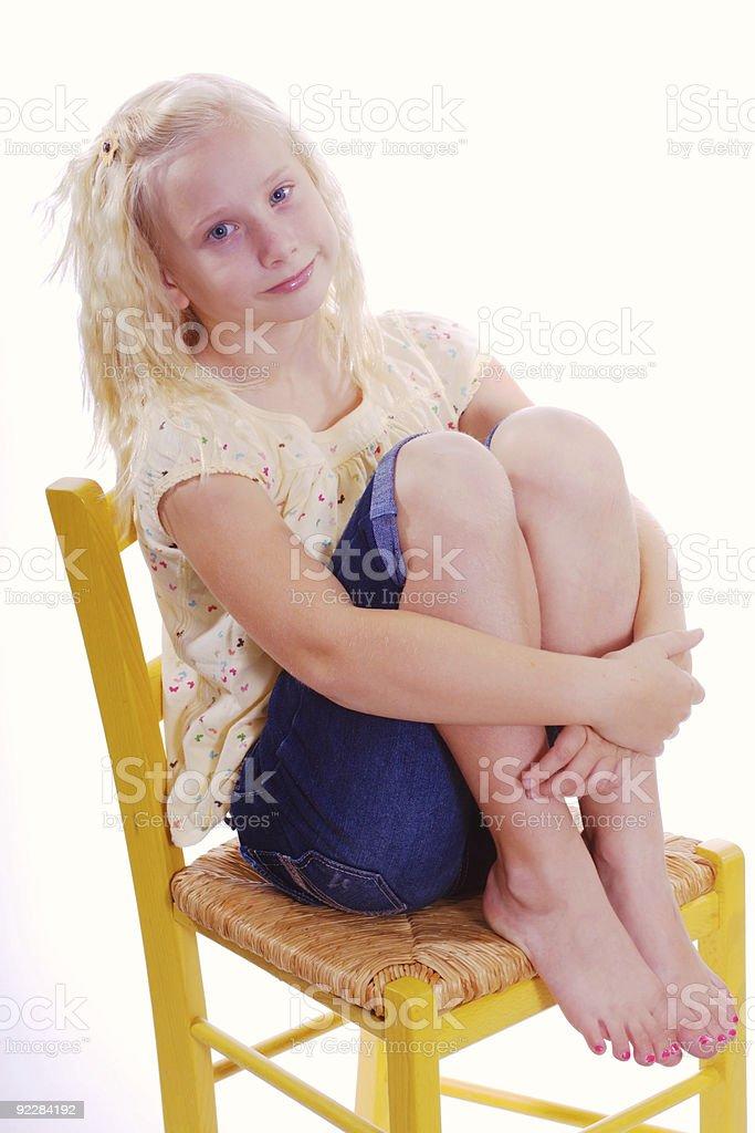 Mädchen tragen Sommer Kleidung umarmen Ihre Beine – Foto