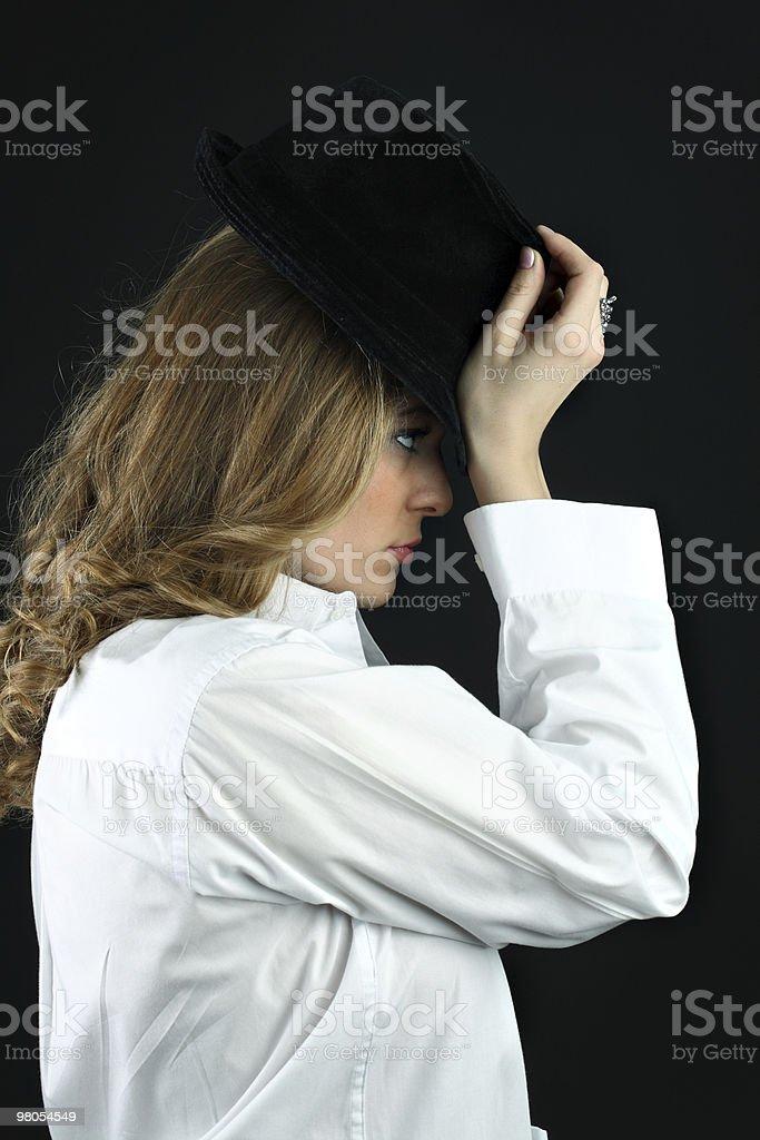 여자아이 입고 흰 셔츠, 검은 모자를 쓰고 royalty-free 스톡 사진