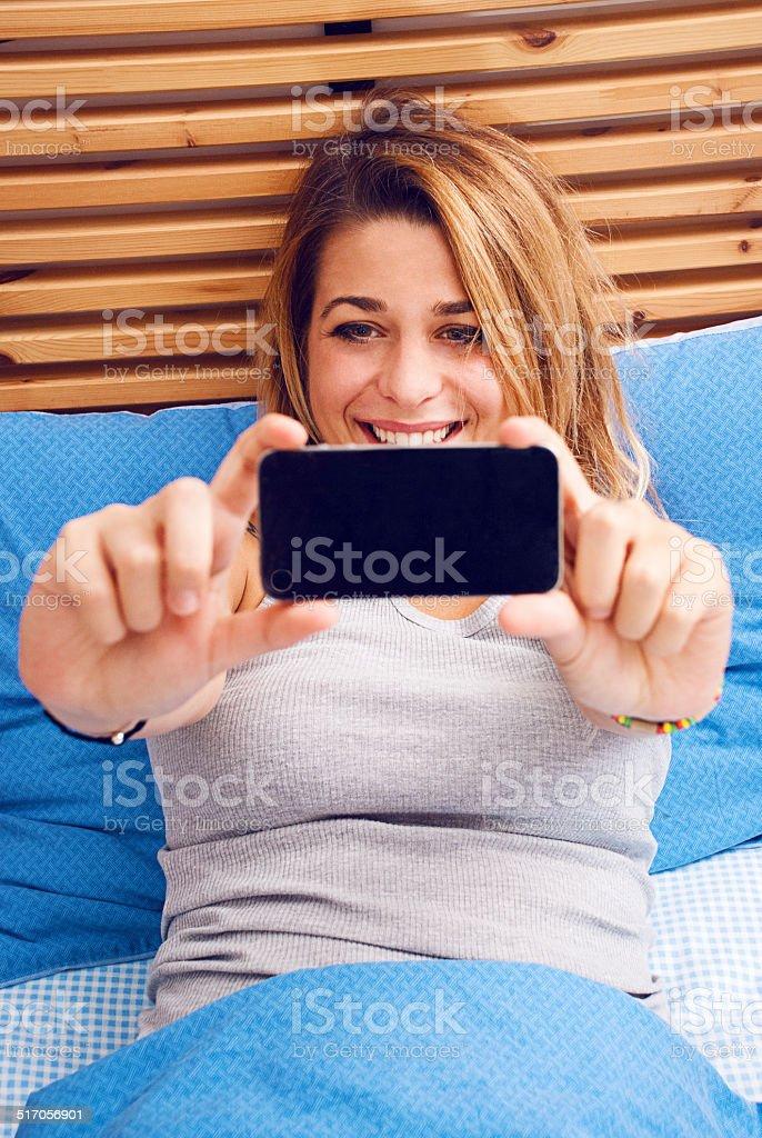 Mädchen während Sie über das smartphone, sie macht eine selfie! – Foto