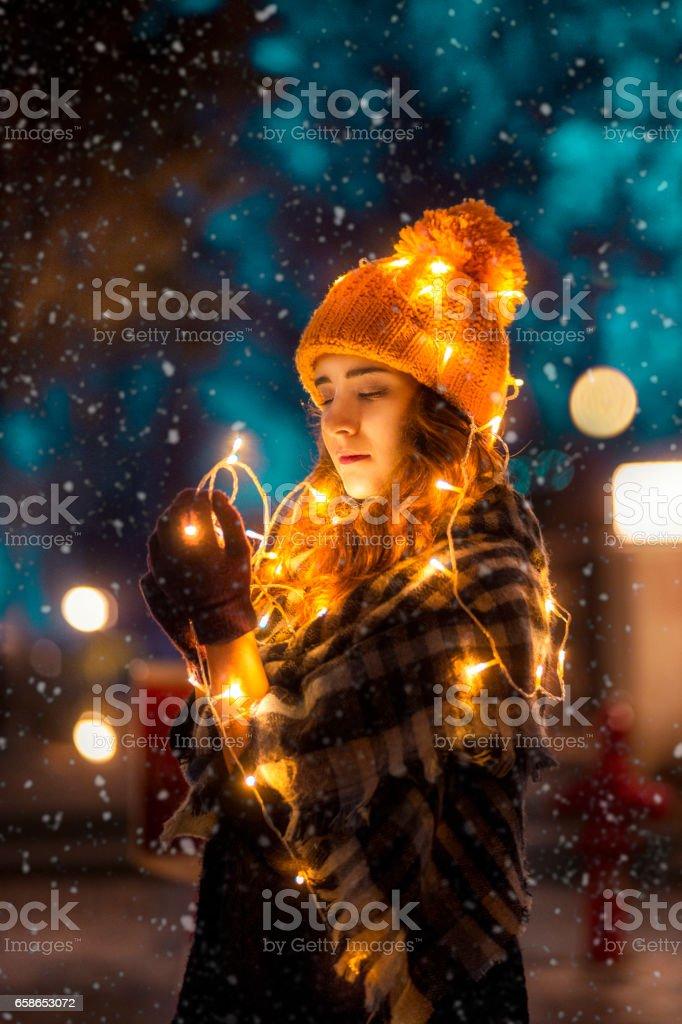 Mädchen, das aussieht wie ein Weihnachtsbaum – Foto
