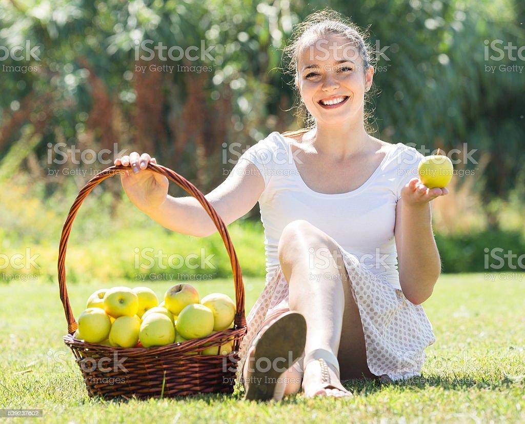 Chica con una canasta de manzanas al aire libre foto de stock libre de derechos