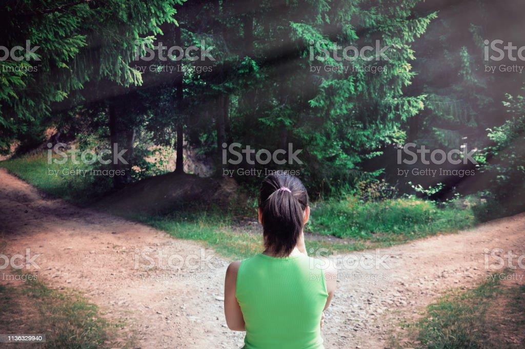 Mädchen mit einer Wahl in der Nähe der gefahrenen Straße - Lizenzfrei Abschied Stock-Foto