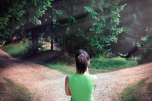 Mädchen Mit Einer Wahl In Der Nähe Der Gefahrenen Straße Stockfoto und mehr Bilder von Abschied