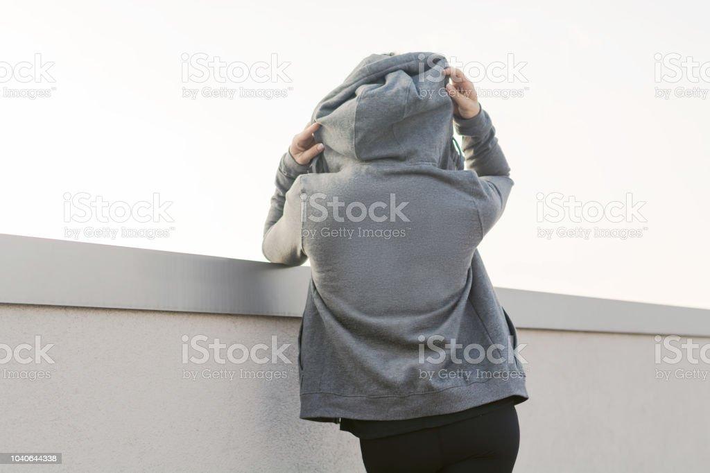Muchacha con una sudadera con capucha - foto de stock