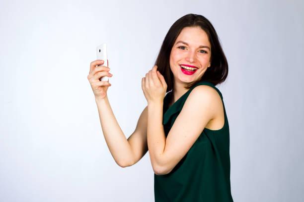 girl with a mobile cell phone - medium strähnchen stock-fotos und bilder