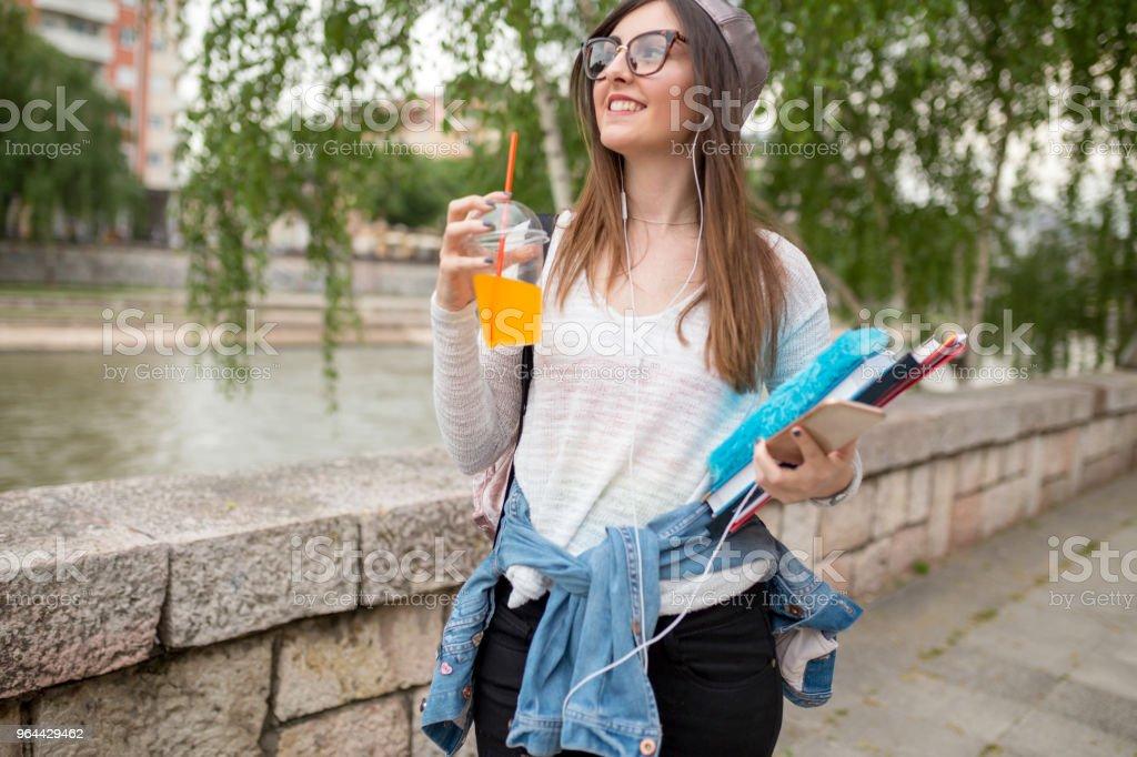 meisje met een patroon is genieten van de zon naast de rivier - Royalty-free Bank - Financieel gebouw Stockfoto