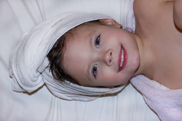 Mädchen mit Handtuch auf dem Kopf – Foto