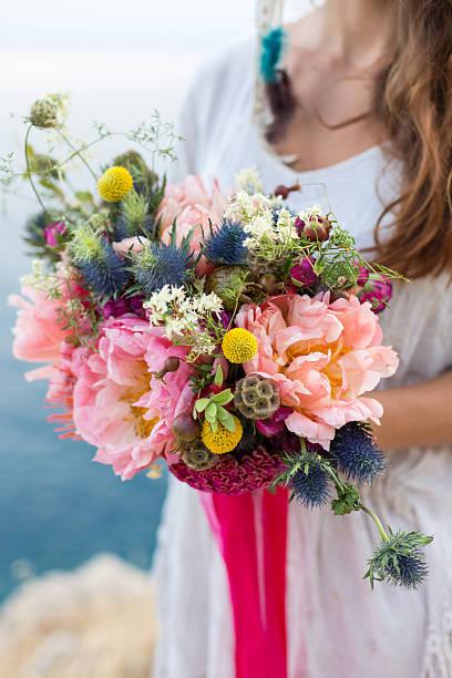 das mädchen mit einer hochzeit bouquet bohème-stil - hochzeitsfrisur twilight stock-fotos und bilder
