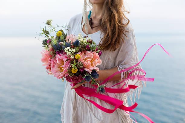 das mädchen mit einer hochzeit bouquet bohème-stil - hochzeitsfrisur boho stock-fotos und bilder