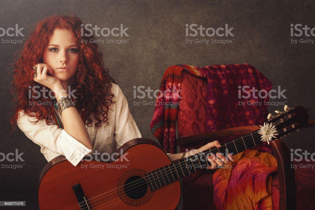 Mädchen mit Akustik-Gitarre – Foto