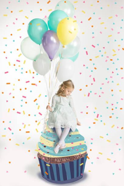 mädchen mit luft ballons - prinzessinnen torte stock-fotos und bilder