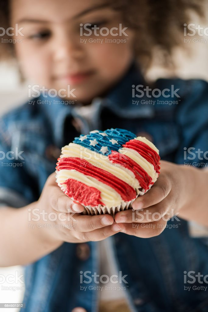 girl with american flag muffin Lizenzfreies stock-foto