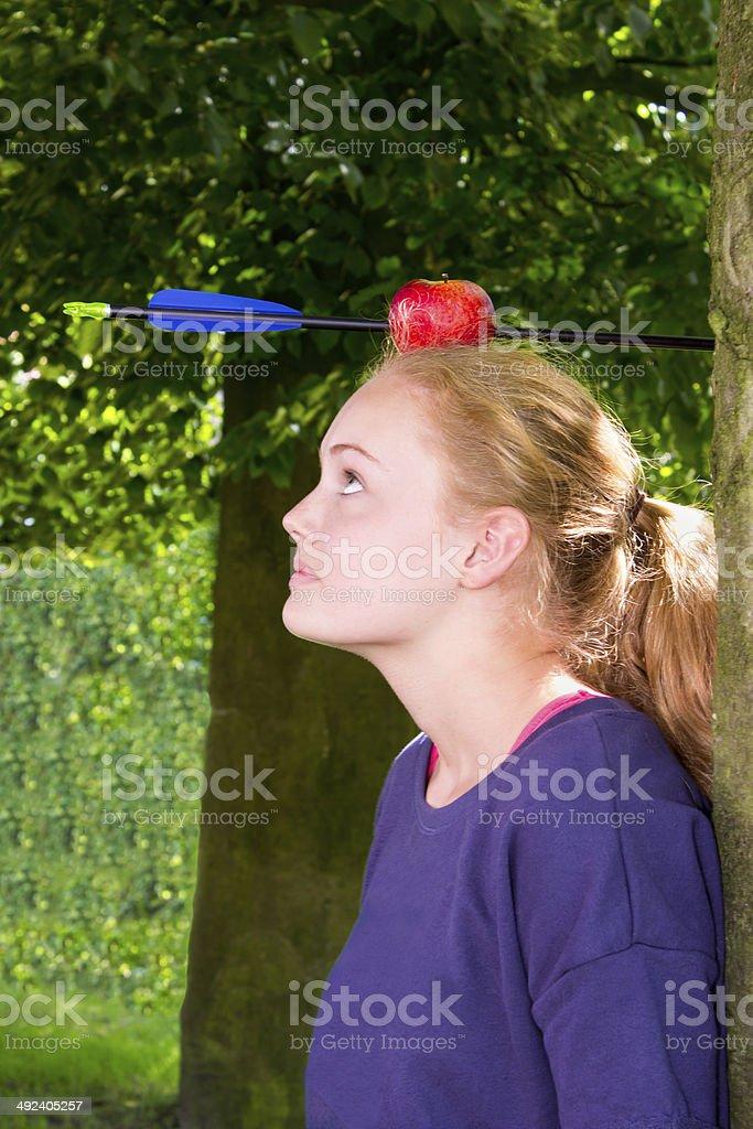 Mädchen mit Apfel und Pfeil auf dem Kopf – Foto
