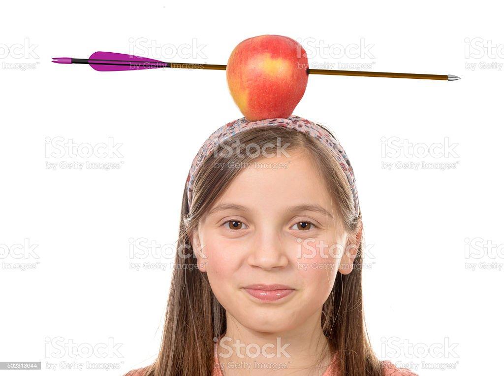 Mädchen mit apple auf seinen Kopf mit Pfeil Aufnahme durch – Foto