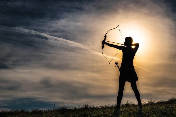 fille avec un arc - tir à l'arc photos et images de collection