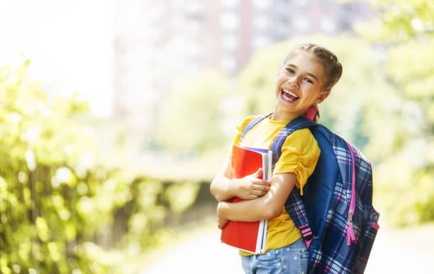 niña con mochila - regreso a clases fotografías e imágenes de stock