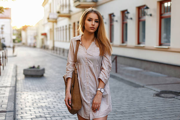 Girl with bag shopping in the city at sunset. - foto de stock