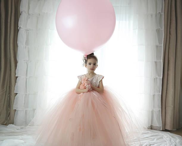 mädchen mit luftballons - prinzessin kleid kind stock-fotos und bilder