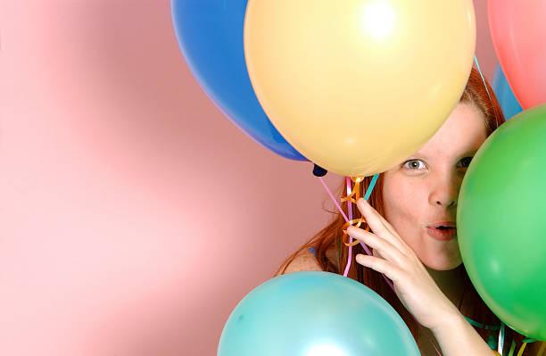 mädchen mit luftballons - rosa tarnfarbe stock-fotos und bilder