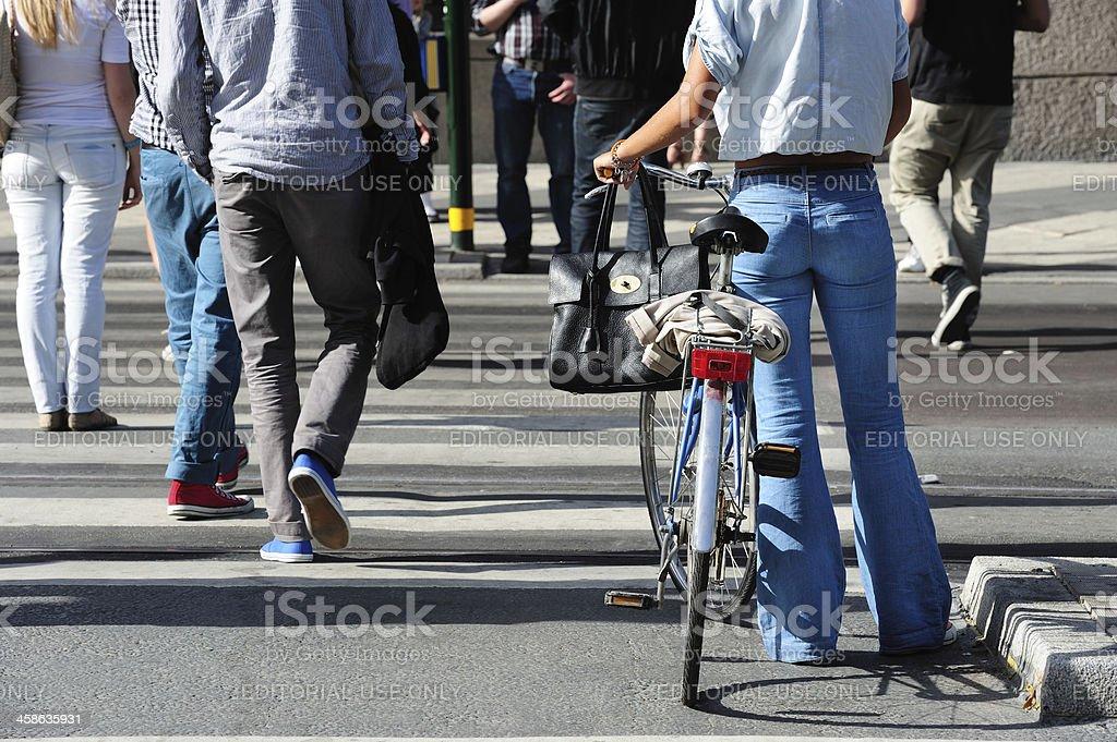 La jeune fille à vélo attend green - Photo
