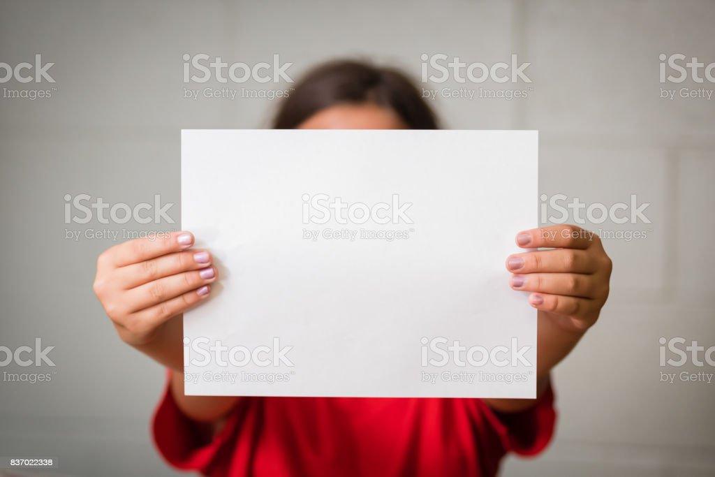 Fille avec papier blanc - Photo