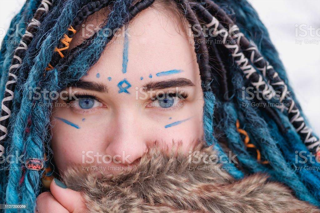 Mädchen mit blauen haaren