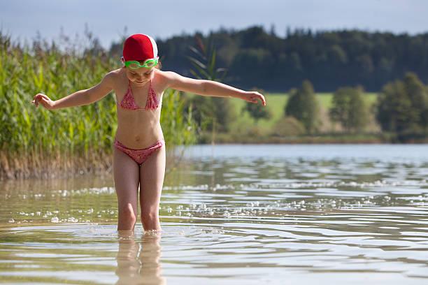 少女とボネ、ゴーグル、湖で水浴び - 水につかる ストックフォトと画像