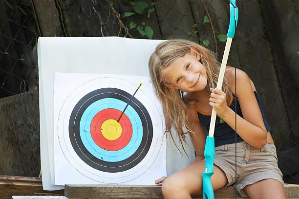 fille avec un arc et sports objectif - tir à l'arc photos et images de collection