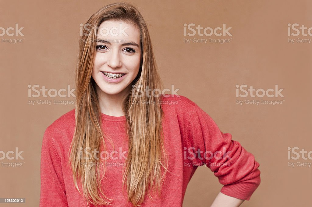 Chica con aparatos de ortodoncia - foto de stock