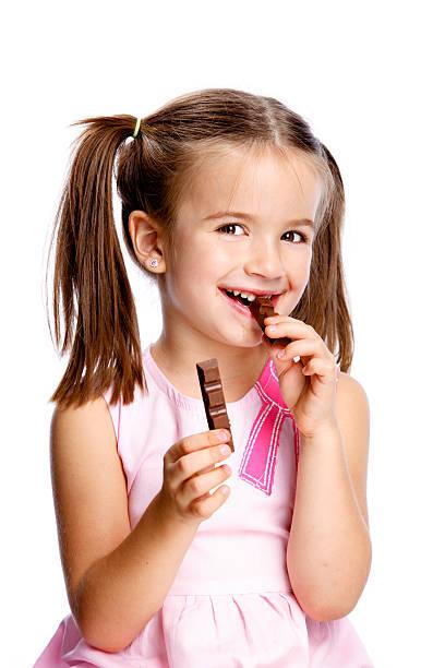 mädchen mit schokolade - kinderschokolade stock-fotos und bilder
