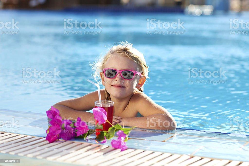 Mädchen mit cocktail im pool – Foto
