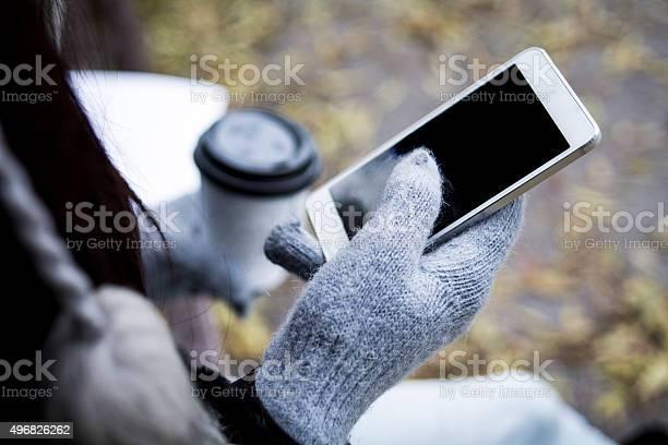 Mädchen Mit Kaffee Und Handy Stockfoto und mehr Bilder von Handschuh