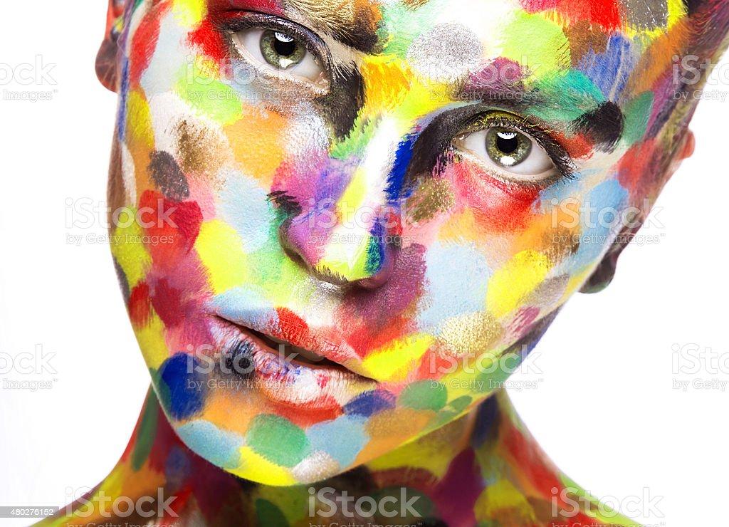 Uma garota com pintura de rosto de cor. Arte imagem de beleza - foto de acervo