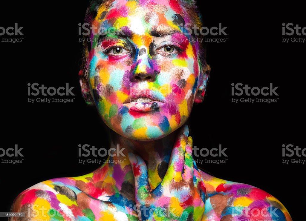 Chica con pintura de la cara de color. Arte belleza imagen - foto de stock