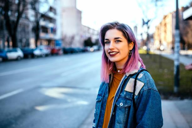 chica con el pelo de colores en la calle de la ciudad. - hípster urbano fotografías e imágenes de stock