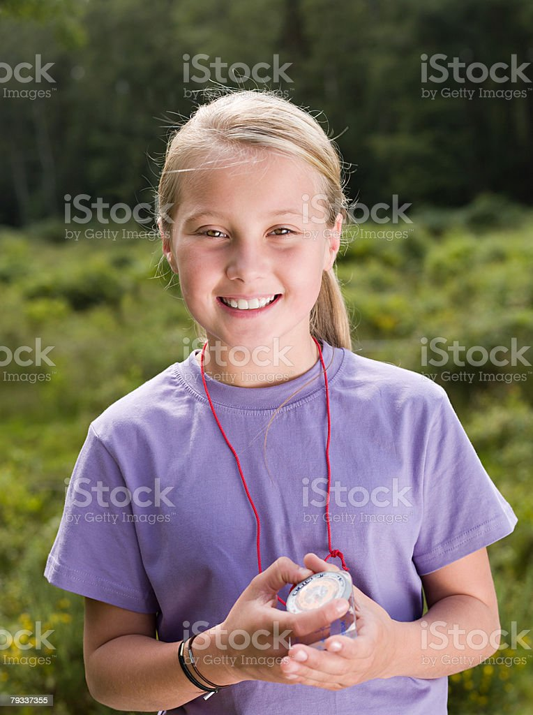 Menina com bússola - foto de acervo