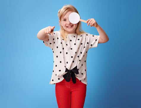 덮여 한쪽 눈 시력 테스트를 복용 하 고 카메라에 가리키는 소녀 가리키기에 대한 스톡 사진 및 기타 이미지