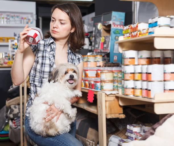 mädchen mit hund auswahl konfitüren - lieblingsrezepte stock-fotos und bilder