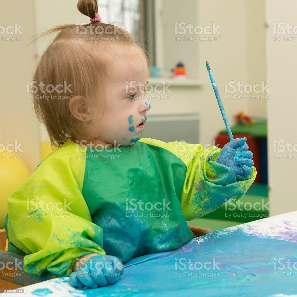 Mädchen mit Down-Syndrom überdachten in Farbe, Zeichnung Lizenzfreies stock-foto