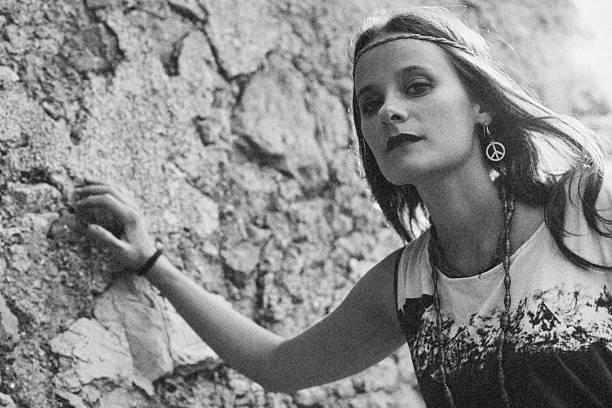 Mädchen mit Ohrring hippie peace symbol – Foto
