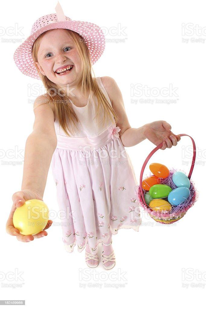 Chica con cesta de pascua y un huevo foto de stock libre de derechos