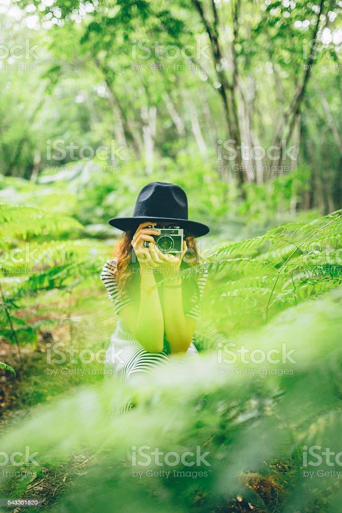 Mädchen mit film-Kamera mit Foto im Wald – Foto