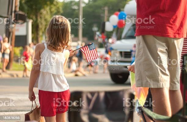 Girl With Flags Watches 4th Of July Parade In America Stok Fotoğraflar & 4 Temmuz'nin Daha Fazla Resimleri