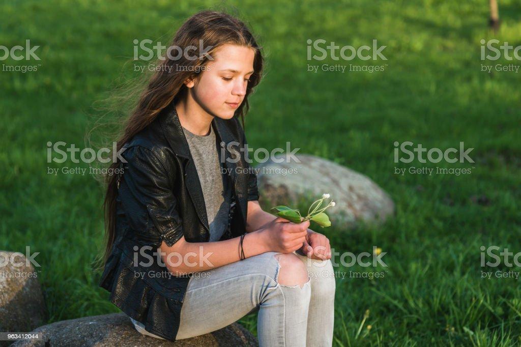 Fille avec fleur - Photo de Adolescent libre de droits
