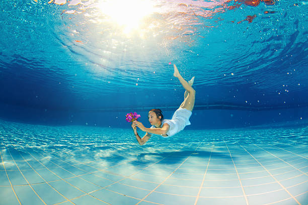 Mädchen mit Blume im Wasser – Foto