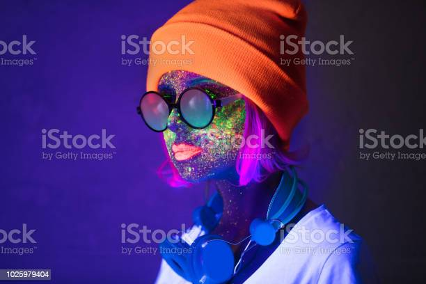 Girl with fluorescent paint and headphones picture id1025979404?b=1&k=6&m=1025979404&s=612x612&h=yjz9u6ur4utzxmmfjiy2u3fs4o5hsf cb zrnm xqgk=