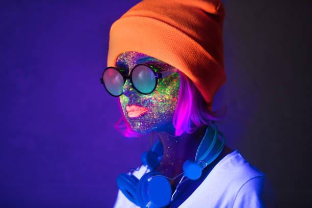 mädchen mit fluoreszierende farbe und kopfhörer - fluoreszierend stock-fotos und bilder