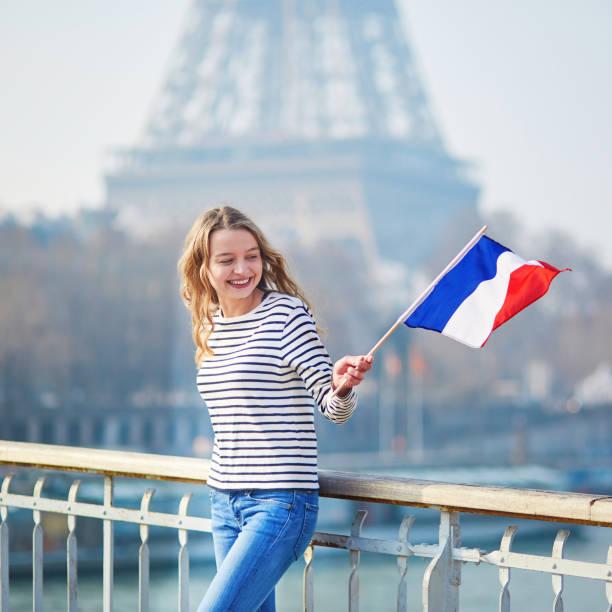 Fille avec le drapeau tricolore Français près de la Tour Eiffel - Photo